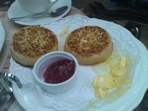 Scone dediğimiz İngiliz beş çayı tatlısı yanında marmelat ve tereyağı ya da krema ile sunuluyor. Bu tarz küçük şehirlerde onlarca çay evi var... Daha fazla bilgi ve fotoğraf için; http://www.geziyorum.net/oxfordshire-gloustourshire/