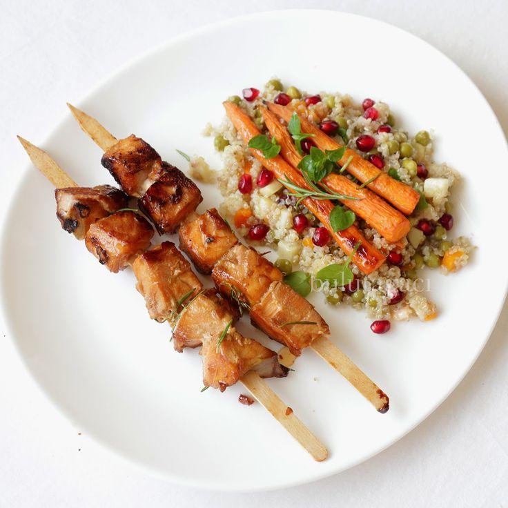 Somon Şiş, Narlı Kinoa Salatası, ve Fırında Havuç