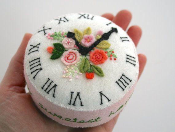 Cara de reloj antiguo alfiletero fieltro con rosas inglés antiguo appliquéd rosa
