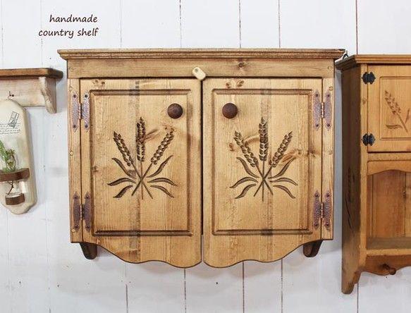 サイズ約幅60奥24高さ50㎝麦の穂の扉つきシェルフです。麦の穂を彫り込んでいます。扉内に収納できます。背面に吊り金具をつけていますので、ビスや釘等で壁掛けに...|ハンドメイド、手作り、手仕事品の通販・販売・購入ならCreema。