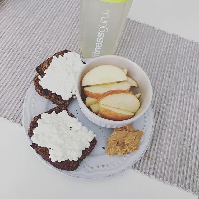 Snack-time before workout 😍😋👌🏼 #teamjustcheck rågbröd proteinbröd keso jordnötssmör äpple Fitnessguru