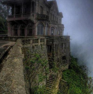 「廃墟になった美しい建造物」