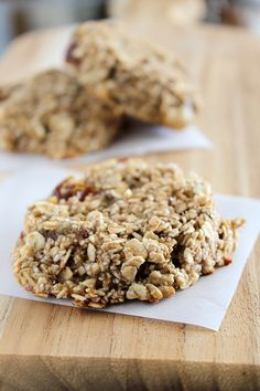 oatmeal date 3 ingredient, guilt-free cookies, ready in 30 minutes. 2 ripe bananas 5 large Medjool dates; pitted 2 cups gluten free rolled oats Dash of cinnamon (optional, but recommended) Dash of pink Himalayan salt (optional, but recommended)