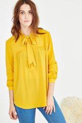 On ose la chemise jaune cet automne histoire d'illuminer nos journées pluvieuses! Et on booste le look avec un bijou Juwelo!