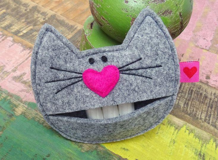 Die *Tampontasche Cat* ist ein besonderer Hingucker, den man nicht mehr missen möchte. Da fängt Jeder an zu schnurren… ;-) Die süße Katze ist aus grau meliertem Filz hergestellt. Die pinke...