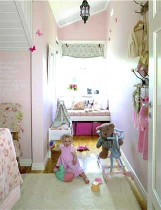 Rosa barnerom på liten plass.