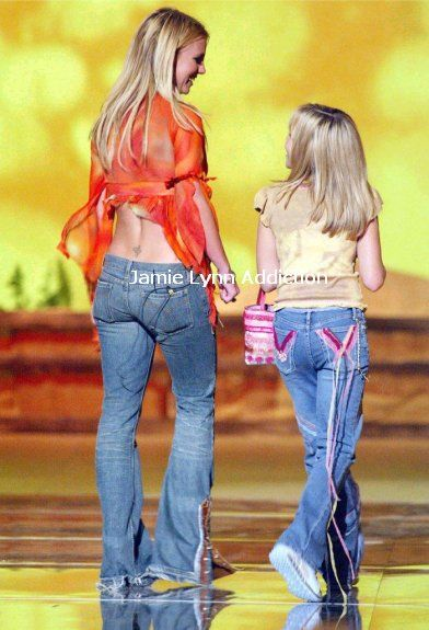 Jamie Lynn attended the 2002 Teen Choice Awards with Britney to present an award. That was JL's first time ever as a presenter and they gave out the last award of the night to Tobey Mcguire.