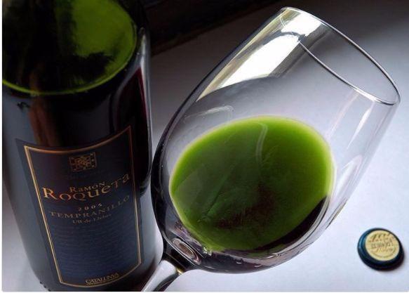 Czerwone, białe, różowe - to znamy. Ostatnio pojawiło się też niebieskie, ciekawe. Dzisiaj w kolebce kreatywności popija się zielone, z marihuany. Canna Vine to połączenie organicznie uprawianego zioła i winogron. http://exumag.com/canna-vine-zielone-wino-z-marihuany/
