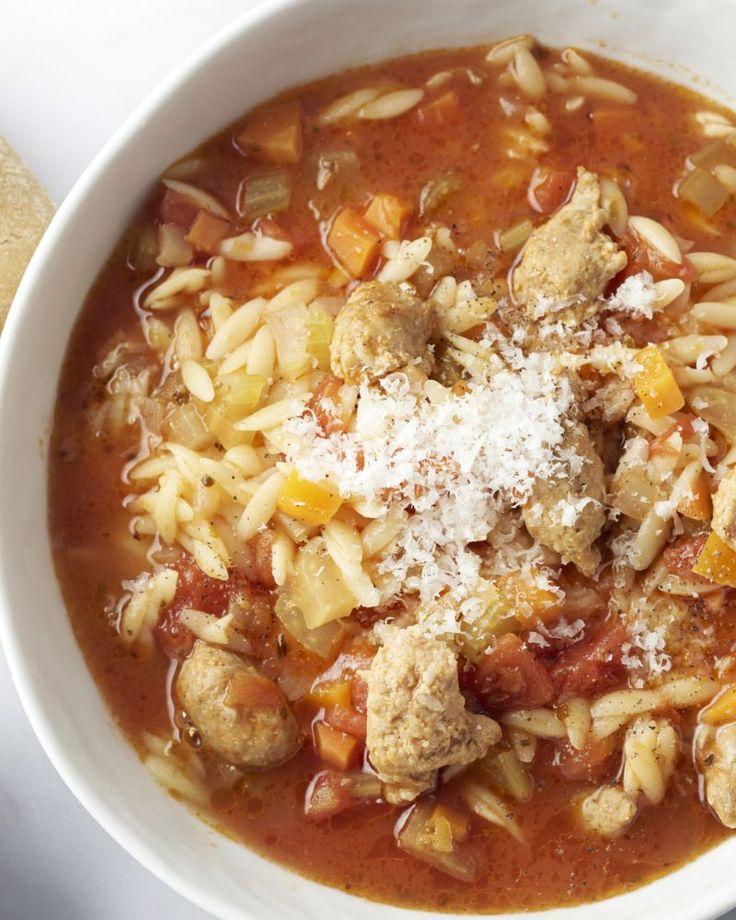 Minestrone is een heerlijke Italiaanse maaltijdsoep. Wij bedachten een lekker vullende versie met risoni pasta en stukjes kruidige chipolataworst.