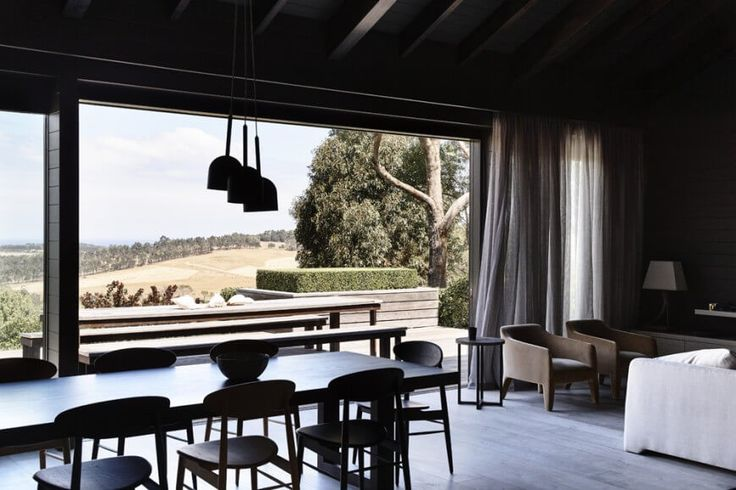 Die absolut massiven Fenster auf der Rückseite des Hauses öffnen den Raum zum freien, Gewährung von Sonnenlicht und passiv Wärme nach innen. Paneele können für volle Integration mit der Terrasse geöffnet werden.
