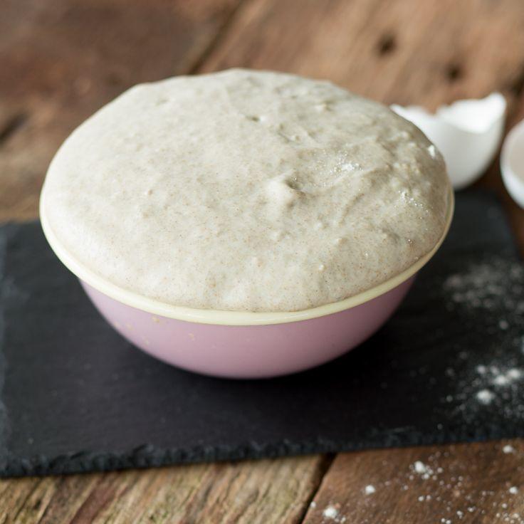 Dieser leichte Paleo-Pizzateig passt perfekt ins Konzept der Steinzeit-Ernährung und versorgt dich im Nu mit einer knusprigen Basis für deine Lieblingspizza.