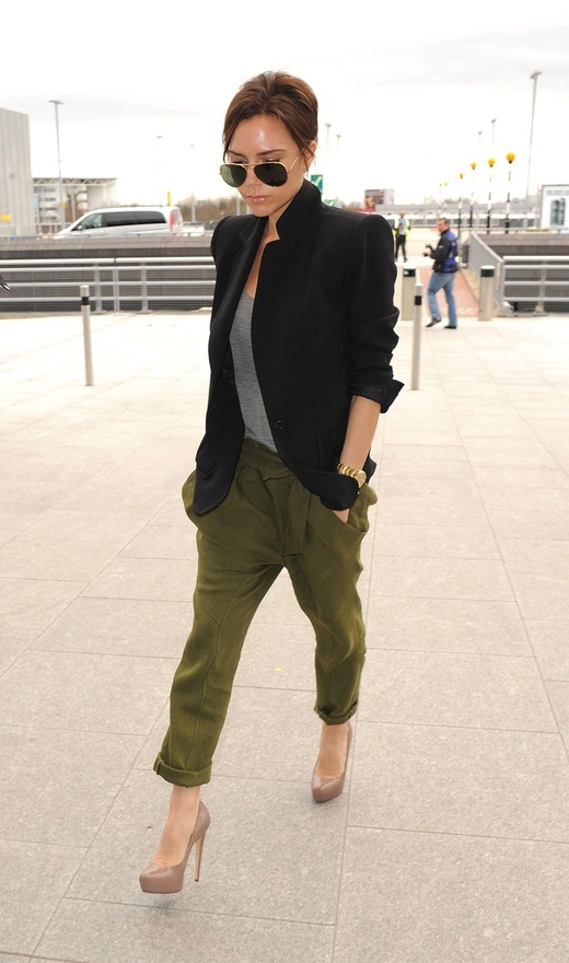 Victoria Beckham rolled olive pants, black blazer and grey tshirt. I would wear this for day version without pumps.