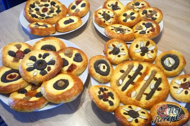 Dnes jsem měla spoustu volného času, tak jsem se trochu hrála s dizajnem moravských koláčků. I mák, i tvaroh, i ořechy, i rozinky, i mandle, i brusinky, no všechny vynikající suroviny. No řekněte, nejsou nádherné? Mně se velmi líbí, ani se mi nechce kousnout, ale tak s radostí je nabídnu i vám :)