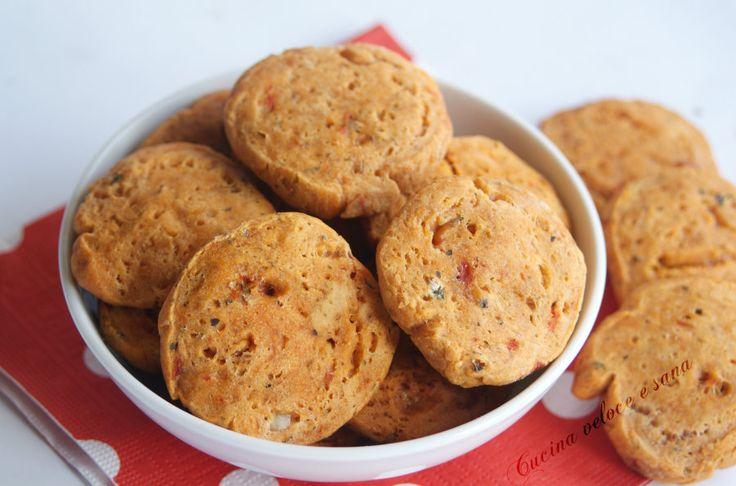 I biscotti salati al sapore di pizza, sono ideali da servire nei vostri buffet o aperitivi. Velocissimi da preparare sono veramente sfiziosi, da provare.