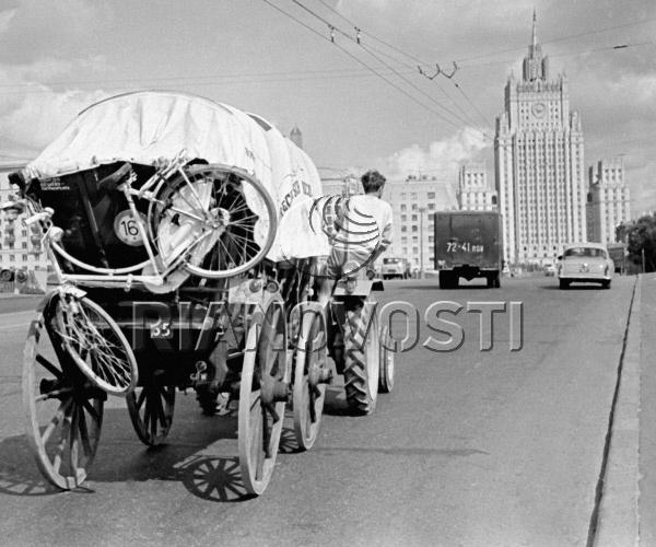 Голландские путешественники в автомобиле-карете на Бородинском мосту.