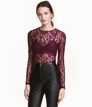 Black. Fitted top in lace with long sleeves.