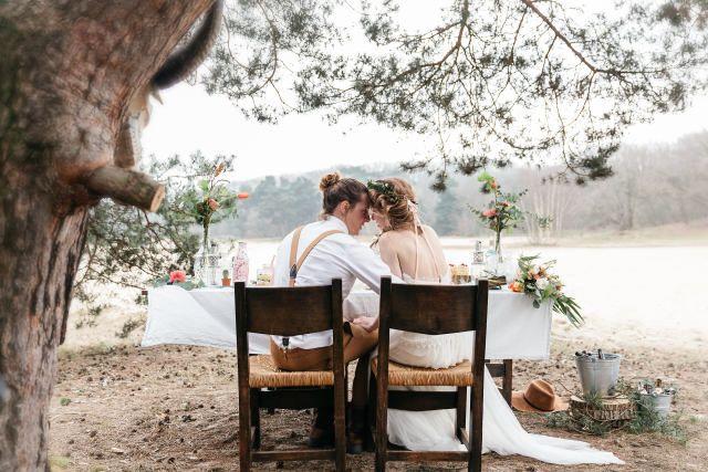 Credit: Kroonmoment Fotografie - zitting (meubels), volk, stoel, tabel (meubels), meubilair, buitenshuis, twee, reizen, vrije tijd (tijd), zitten, volwassen, boom (plant), hout, vrouw