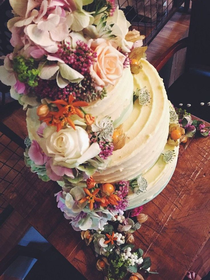 Isobel Bakes create  delightful and incredibly scrumptious looking cakes styled with fresh flowers.