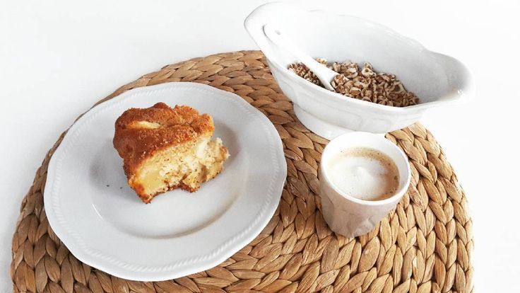 La sveglia alle 7:00 io la affronto con la torta di mele di @panedolcealcioccolato.  Semplice semplice buonissima e morbidisssima. L'ingrediente segreto? Succo di mela.   #colazione #mela #apple #tortadimele #applepie #pie #frutta #fruit #coffee #caffe #caffelatte #cereali #farro #miele #breakfast #foodie #dolce #torta #buongiorno #goodmorning #applejuice #caffè #healthybreakfast #colazionesana #ricetta