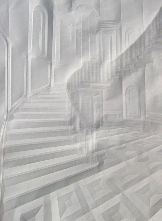 L'artista tedesco Simon Schubert crea immagini complesse di case signorili e palazzi piegando semplici fogli di carta bianca.  Le pieghe creano rilievi di pochi millimetri, catturano la luce da angoli diversi per creare immagini dettagliate di spazi architettonici, giocando con una tridimensionalità piatta.