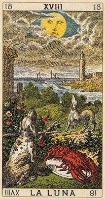 Todo sobre el Arcano 18: La Luna   En algunas representaciones antiguas de esta carta del tarot, se veía a dos astrólogos que estudiaban la Luna en cuarto creciente. Esta imagen fue sustituida luego por dos perros ladrando y un cangrejo en una especie de tina o fosa. Se podía ver la escena situada entre dos torres o casas. La aparición de los lobos no extraña a nadie, ya que no es raro que aúllen por la noche, incluso las leyendas de hombres lobos se suceden durante la luna llena.