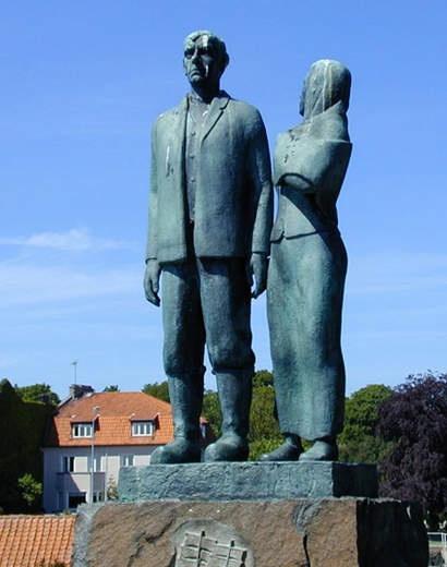 Karl-Oskar och Kristina står staty på torget i Karlshamn...