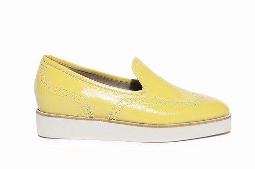 La moda per la primavera 2014 prevede comodità e tinte allegre o tenui per tutti i giorni. La tendenza è il mocassino o slipper maschile con micro-zeppa, per passeggiate più comode senza sforzare il piede.