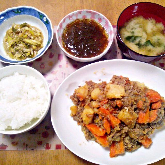 肉じゃがもりもり~夜弁当の人にはだし巻き卵にしました - 12件のもぐもぐ - 2月4日 肉じゃが ネギサラダ もずく お味噌汁 by sakuraimoko