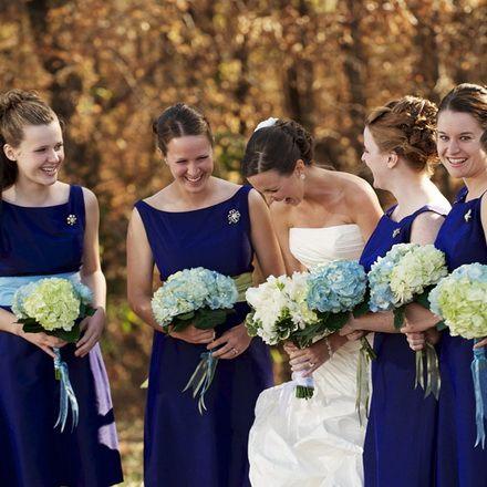 """Ceva albastru la nunta ta!  In antichitate """"ceva albastru"""" reprezenta simbolul increderii, puritatii si loialitatii. Astazi, traditia lui ceva albastru capata noi dimensiuni si aceasta culoare o putem regasi in mai toate accesoriile de nunta, sau chiar in rochia de mireasa. Buchetul miresei, diadema, jartiera, pantofii, lacul de unghii sau chiar un tatuaj pot reprezenta cu brio, in nuntile moderne, traditia lui """"ceva albastru""""!"""