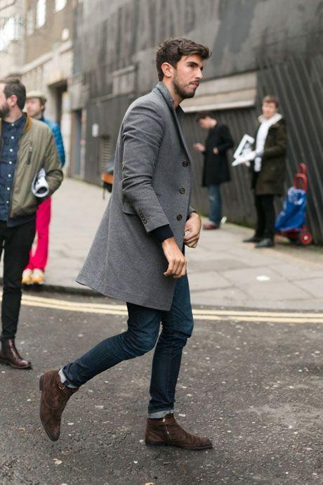 Den+Look+kaufen:+https://lookastic.de/herrenmode/wie-kombinieren/mantel-grauer-pullover-mit-rundhalsausschnitt-dunkelblauer-jeans-dunkelblaue-stiefel-dunkelbraune/6182+  —+Grauer+Mantel+ —+Dunkelblaue+Jeans+ —+Dunkelbraune+Wildlederstiefel+ —+Dunkelblauer+Pullover+mit+Rundhalsausschnitt+