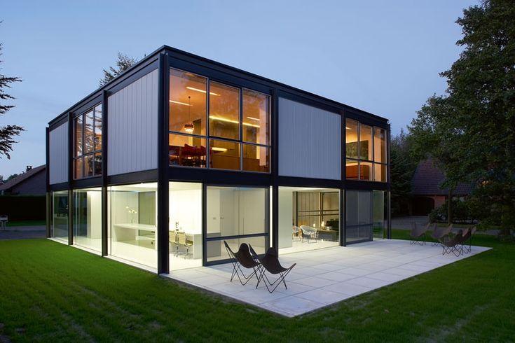 Casa de diseño al atardecer con ventanales que dejar entrar toda la luz que hay #design #trend #minimal