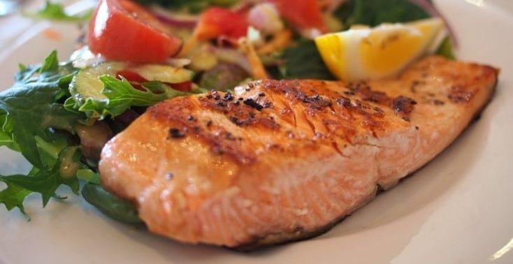 Ak máte radi ryby, potom ste už určite jedli aj lososa na rôzne spôsoby. Táto ryba je skvelým zdrojom omega-3-mastných kyselín a zároveň aj vitamínov a navyše chutí úžasne. Príprava je rýchla a nenáročná, pretože losos nepotrebuje dlhé pečenie. Najlepšie chutí, keď odhadnete čas v rúre tak, aby bolo mäso mäkké a šťavnaté, nie vysušené.