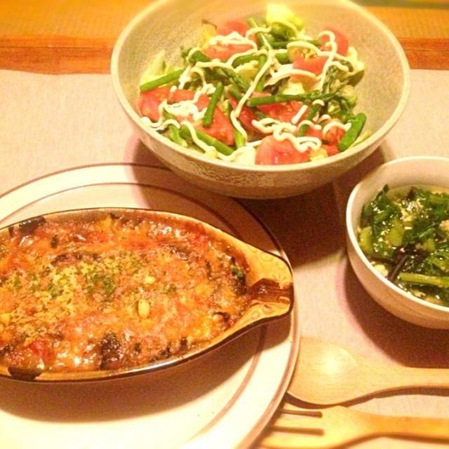 鹿尾菜を沢山戻したのでサラダとスープにも入れちゃいました。一人なんで凄く適当ながら野菜タップリでヘルシーに。 - 9件のもぐもぐ - 茄子とトマトと葱坊主とエノキと鹿尾菜と挽肉のホワイトソースグラタンと採れたてアスパラガスのサラダとセロリと玉子のコンソメスープ by toki69
