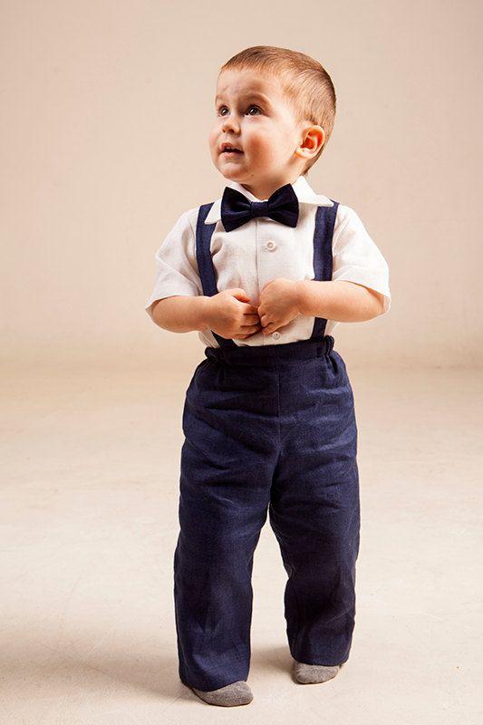 Il sagit dune commande personnalisée. Cette tenue est fait à la main.  Tailleur en lin naturel bébé garçon comprend ensemble de 4 : -Chemise -Jeans/Pantalons -Bretelles -Noeud papillon  Pantalon est livré en taille élastique réglable avec boutons. Bretelles sont réglables avec boutons sur le dos et sont amovibles. Noeud papillon est déjà noué avec une fermeture Velcro ajustable à l'arrière. Il est possible de commander une chemise à manches courtes ou longues, si non spécifié quil sera fait…