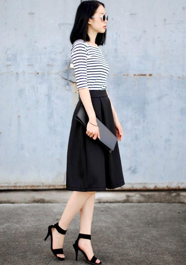 Marinière + jupe ample midi noire + sandales carbone hautes perchées = le bon mix