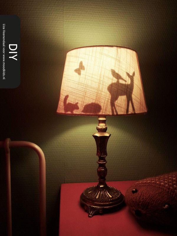 Nu het herfst is, merk je dat het 's avonds weer vroeg donker is en we ook weer eerder de lampen aan doen. Vergeleken met de zomer een verschil van dag en nacht. En dat is ook gelijk het thema van deze DIY. Deze keer nemen we een lampenkap onder handen. Overdag lijkt er niets aan de hand, maar...