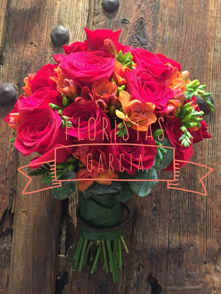 Atrevido ramo de novia combinando fresia naranja con rosa roja.