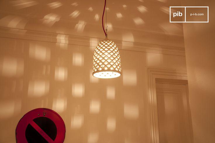 Die Hängelampe Hoffen gewährleistet eine schlichte und zugleich originelle Beleuchtung und zaubert ein wunderschönes Schattenspiel auf Ihre Wände.