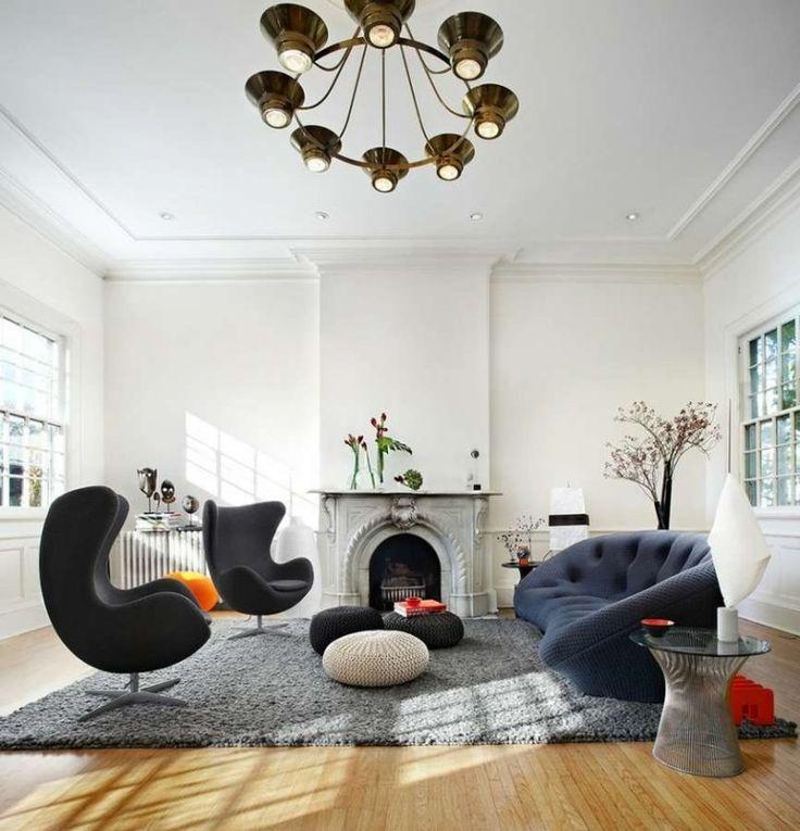 décoration intérieur éclectique:fauteuils Egg, cheminée et lustre anciens