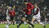 Ruud van Nistelrooy marcó su cuarto gol cuando el Manchester United venció al Sparta Praha en la campaña 2004/05. Después marcaría otros cua...