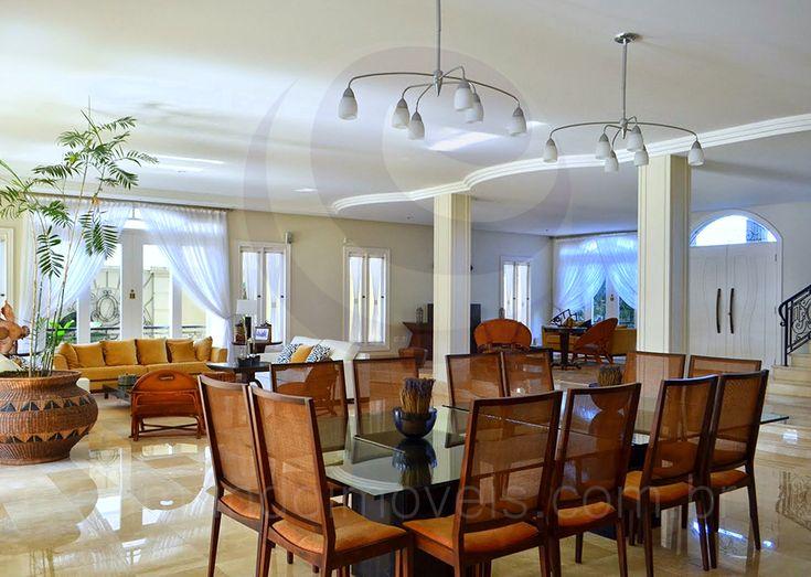 Todos os ambientes contam com excelente arejamento e iluminação natural, graças às janelas e às amplas portas deslizantes, que receberam esvoaçantes cortinas em voil, conferindo leveza e sofisticação.