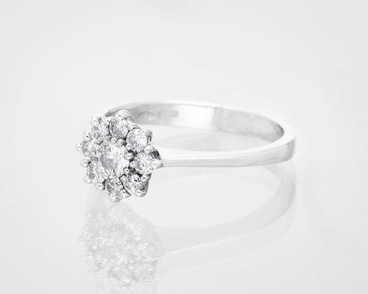 Uroczy pierścionek zaręczynowy.
