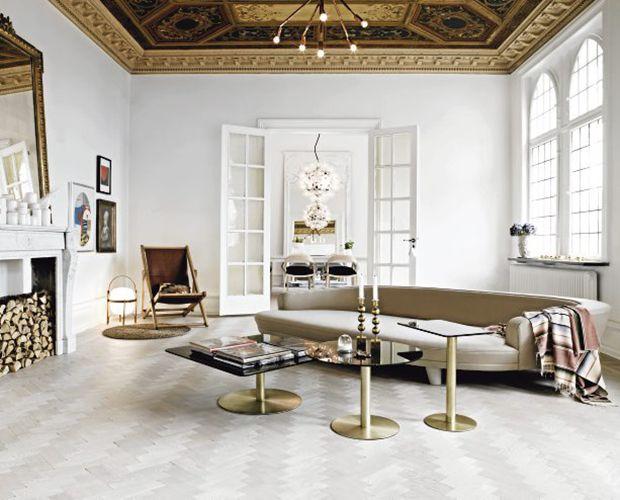 In questo appartamento a Malmo, in Svezia, pezzi di modernariato e dettagli color oro si fondono con gli specchi e il marmo, senza intaccare lo slancio minimalista del progetto. Foto Marcus Lawett