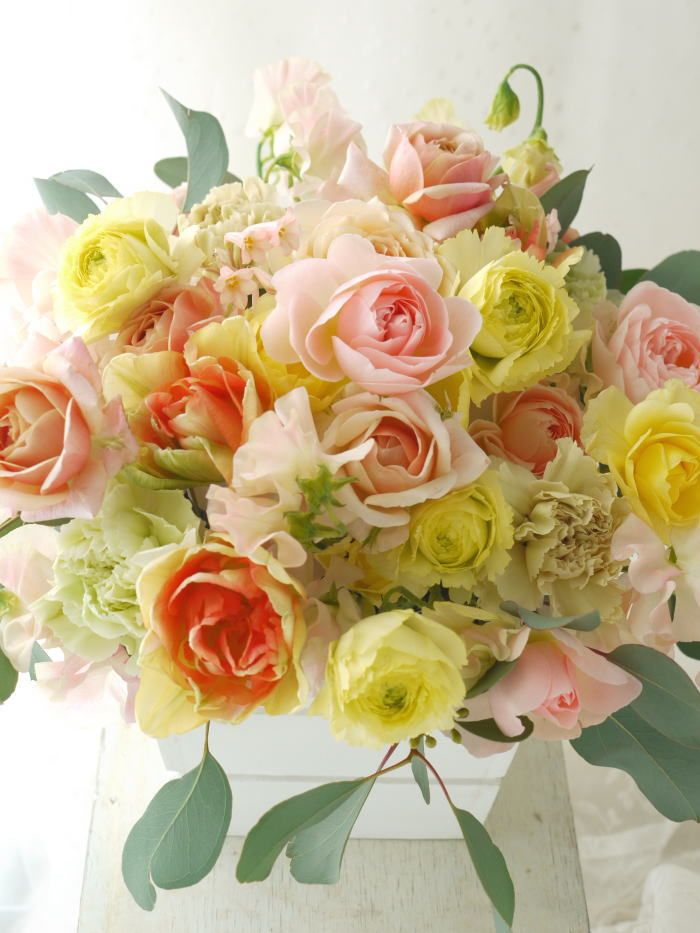 ご披露宴の最後に差し上げることが多い、ご両親への花。好きなお花を伺うこともありますし季節の花でおまかせさせていただくことも多いです。写真の方の場合には、「...