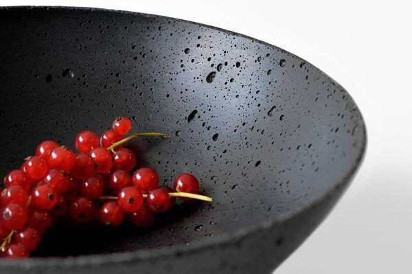 Beton-Schalen in Schwarz, Anthrazit und Grau und in drei Grössen, zwischen 19cm und 35cm Durchmesser. Mit beliebigen Farbtupfern gefüllt sind sie DER Hingucker auf Ihrem Tisch oder Sideboard.