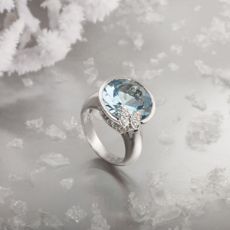 Baile de Mariposas ring in white gold with blue topaz and diamonds by Carrera y Carrera. #carreraycarrera #bailedemariposas #ring #jewelry #jeweloftheday #goldenjewels #goldenrings #bluetopaz #gems #gemstones #shine #chic #style #luxury