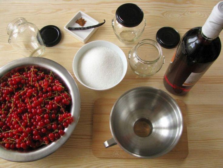 Nyakunkon a ribizli szezonja, és ilyenkor ki kell próbálni valami különlegeset: rozé borral ízesített, kárminpiros színű, ajándéknak is tökéletes csupagyümölcs lekvárt. Akár 1 kilogramm gyümölcs is elég a próbához!