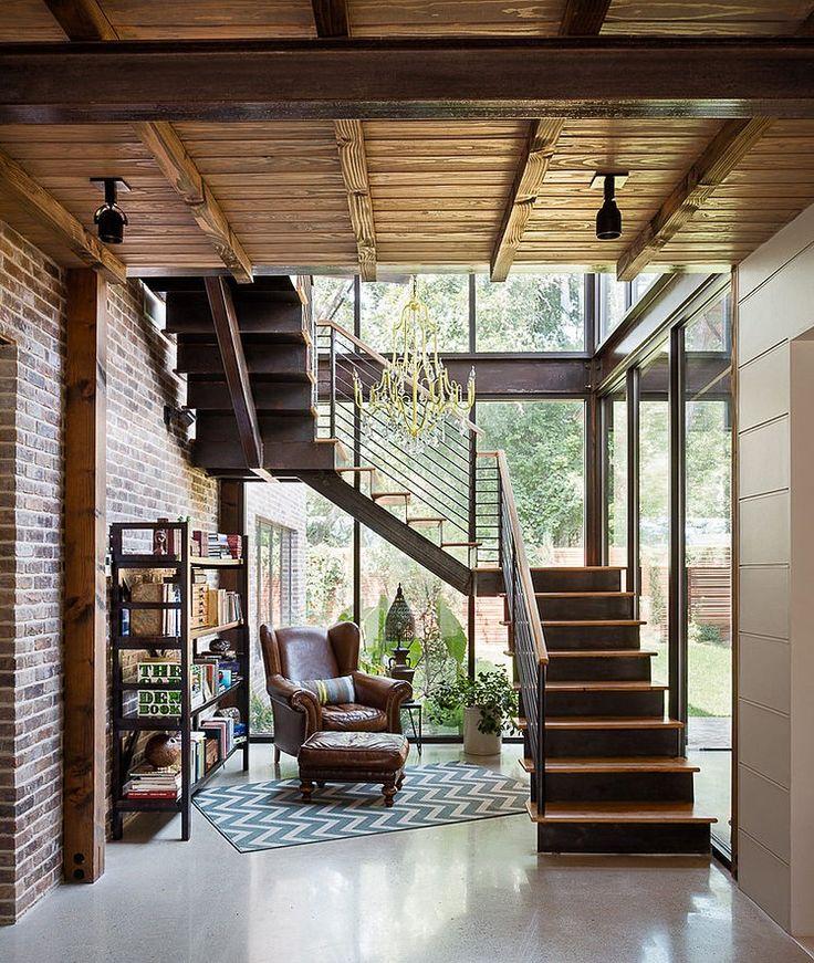 【寛ぎの空間】ガラスで囲われた階段下の読書コーナー | 住宅デザイン