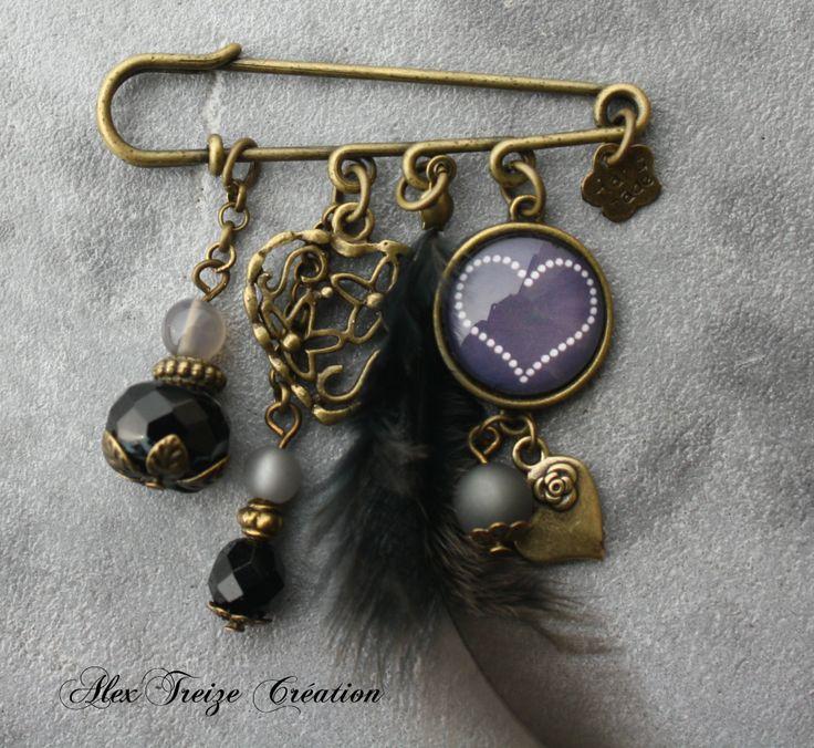 Broche épingle bronze Cabochon et breloques coeur Plume et perles dans les tons noir et gris - idéal cadeau saint valentin