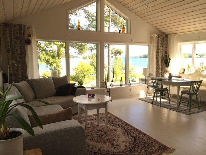 Modern och vinterbonad stuga vid havet i Hälsingland. Här väntar en semester i ett lugnt läge och med vacker havsutsikt.